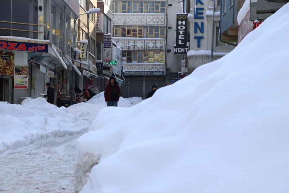 <p>Meteoroloji yetkililerinden alınan bilgiye göre, bu yıla kadar en yüksek kar kalınlığı, 1994'te 120 santimetre olarak ölçüldü. Kentte bu sene ise kar kalığı en yüksek 85 santimetre ölçüldü.</p>