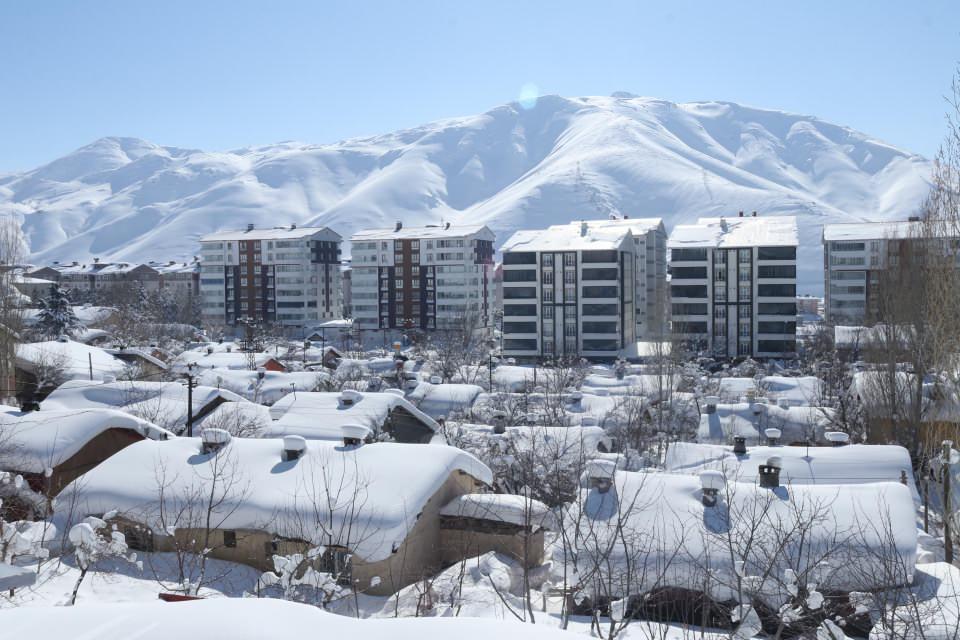 <p>Şehir merkezinde Bitlis Belediyesi ve Karayolları, köy ve mezra yollarında ise il özel idaresi ekipleri karla mücadelelerine devam ediyor.</p>