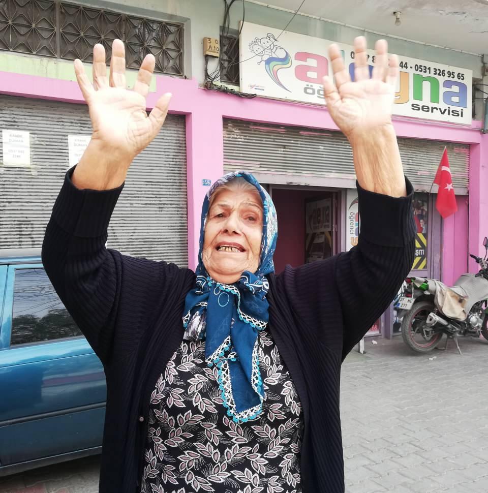 <p>Yoğun güvenlik önlemleri altında gelen komandolara vatandaşlar sevgi gösterisinde bulundu. Bir yaşlı kadının, 'Allah sizin ayağınıza taş değdirmesin' diyerek askerleri selamlaması dikkat çekti.</p>  <p></p>