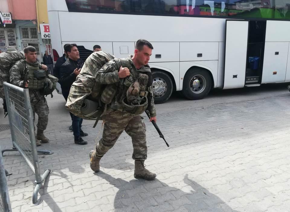 <p>Hatay'daki sınır karakollarına komando birlikleri destek olarak gönderiliyor. Türkiye'deki çeşitli birliklerden getirilen yüzlerce komando Hatay'ın Kırıkhan ilçesine geldi.</p>  <p></p>