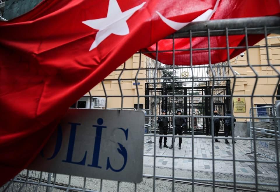 <p>Öte yandan polis ekipleri güvenlik önlemi aldığı başkonsolosluk çevresini bariyerlerle kapattı.</p>  <p></p>