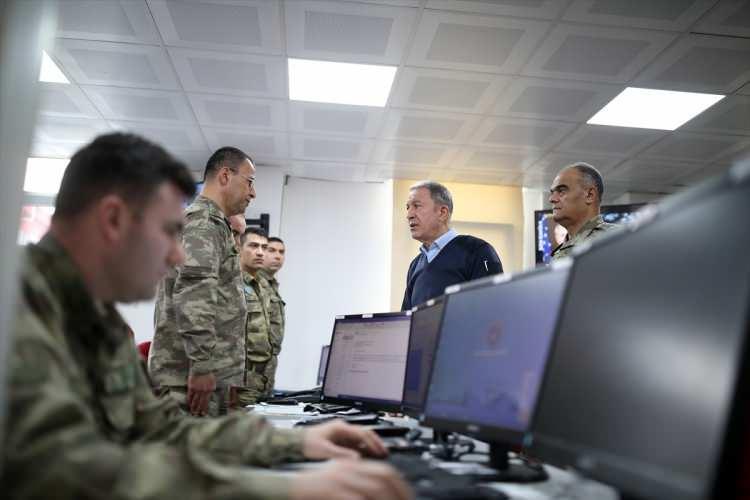 <p>Milli Savunma Bakanı Hulusi Akar, Kara ve Hava Kuvvetleri Komutanları ile İdlib'deki faaliyetlerin sevk idare edildiği Hatay'daki Taktik Komuta Yeri'ne gitti.</p>  <p></p>  <p></p>