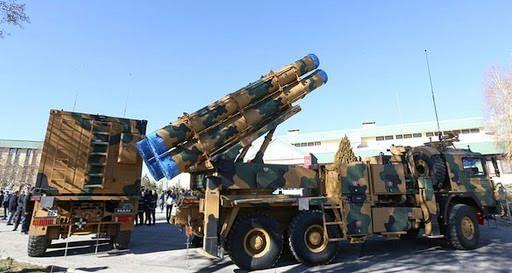 """<p><span style=""""color:#FFD700"""">KASIRGA</span></p>  <p>Tamamı yerli üretim olan 302 mm güdümlü füze ve silah sistemi Kasırga,120 kilometre mesafeye kadar kritik nokta hedeflerini yoğun ve etkili biçimde vurma imkanıyla Türk Silahlı Kuvvetleri'nin göz bebeği durumunda.</p>"""