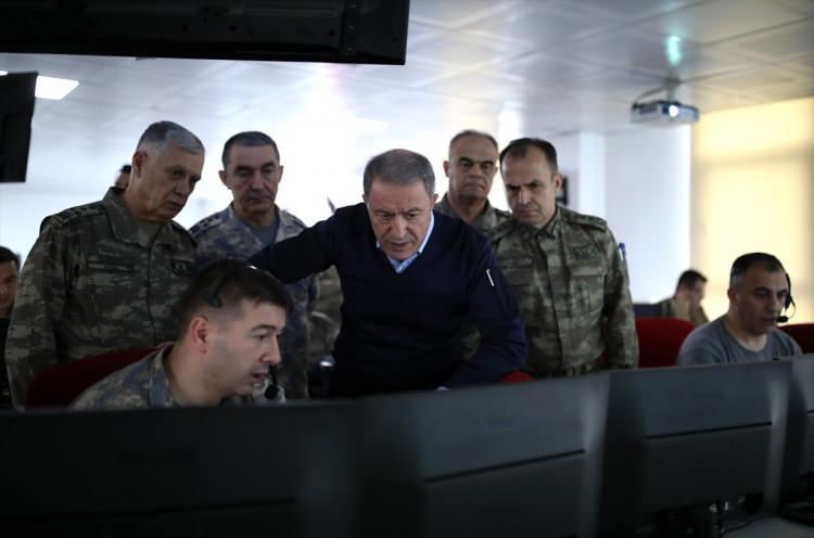 <p>İdlib'deki faaliyetlerin sevk ve idare edildiği Hatay'daki Taktik Komuta Yeri'ne geçen Akar, son duruma ilişkin 2. Ordu Komutanı Korgeneral Sinan Yayla'dan brifing aldı, talimatlar verdi.</p>  <p></p>