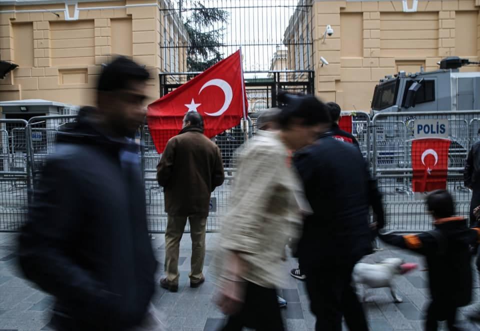 <p>Katılımcılar, saldırıyı protesto ederek bariyerlere Türk bayrakları astı.</p>  <p></p>