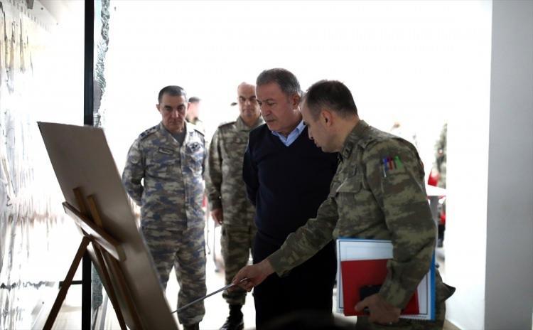 """<p>Akar, Cumhurbaşkanı Recep Tayyip Erdoğan başkanlığında Cumhurbaşkanlığı Külliyesi'nde gerçekleştirilen """"Güvenlik Zirvesi"""" sonrasında, beraberinde Kara Kuvvetleri Komutanı Orgeneral Dündar ve Hava Kuvvetleri Komutanı Orgeneral Küçükakyüz ile Suriye sınırına gitti.</p>  <p></p>"""