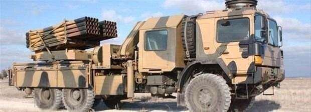 """<p><span style=""""color:#FFD700"""">T-122 Sakarya Çoknamlulu Roketatar</span></p>  <p>Çok namlulu roketatar, birden fazla roket atma kabiliyetine sahip, tekerlekli ve paletli araçlara monteli silahlardır. Serbest güdümlü veya daha başka güdüm sistemlerine sahip olabilirler. Rus yapımı """"Katyuşa"""", Türk yapımı """"TR 122"""" ve Amerikan yapımı """"MLRS"""" çok namlulu roketatara örnek verilebilir.</p>"""