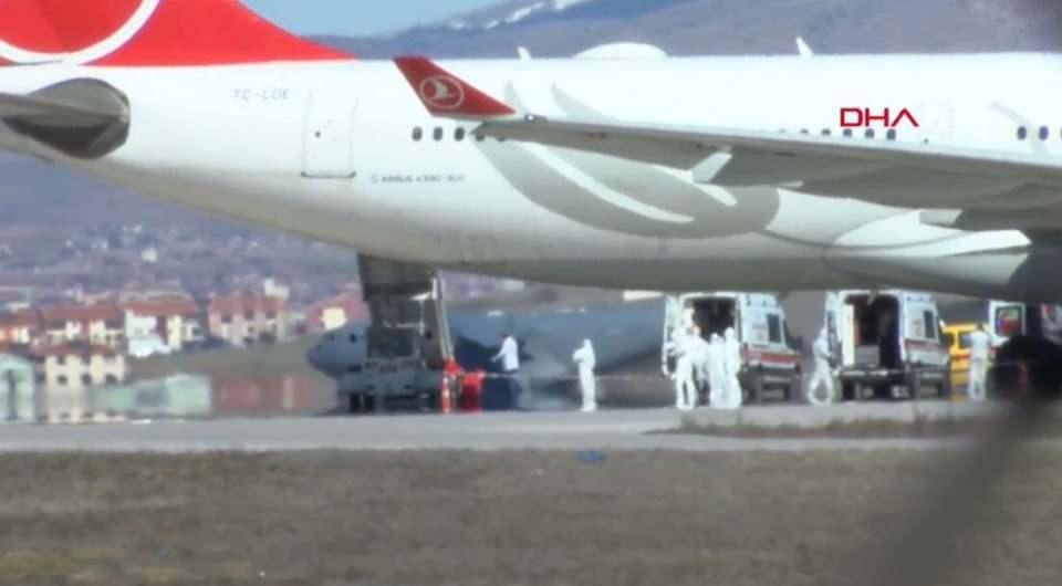 <p>Tahran - İstanbul seferini yapan THY uçağı, bazı yolcularda koronavirüs şüphesi görülmesi nedeniyle Ankara'ya yönlendirildi.</p>
