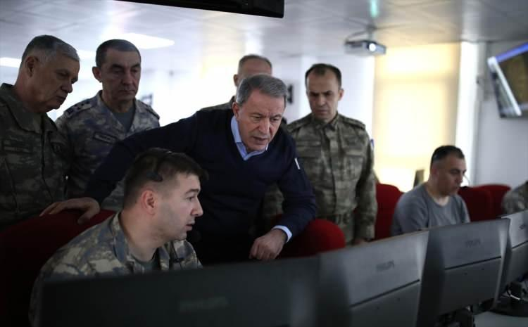 <p>Milli Savunma Bakanı Hulusi Akar, beraberinde Kara Kuvvetleri Komutanı Orgeneral Ümit Dündar ve Hava Kuvvetleri Komutanı Orgeneral Hasan Küçükakyüz ile geldikleri Suriye sınırının sıfır noktasında, İdlib'deki rejim hedeflerine yönelik kara ve hava destek vasıtalarıyla gerçekleştirilen harekatı yerinde sevk ve idare ediyor.</p>