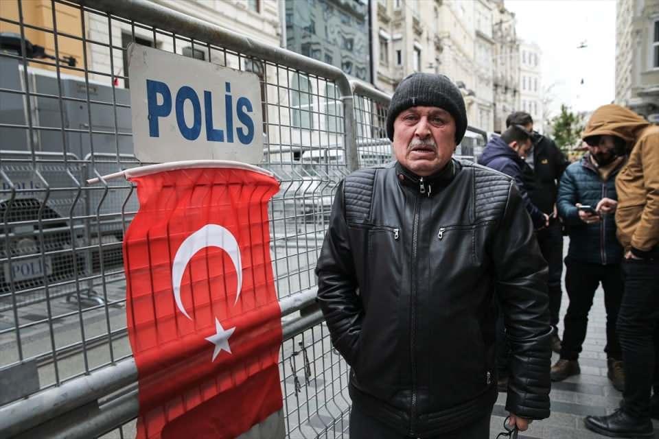<p>Suriye'nin İdlib bölgesinde Esed rejiminin saldırısını protesto eden bir grup, Rusya'nın İstanbul Başkonsolosluğu önündeki bariyerlere Türk bayrağı astı.</p>  <p></p>