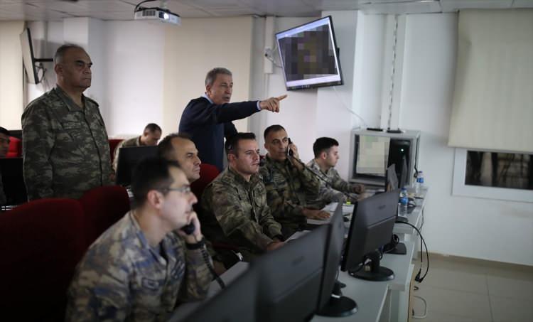 <p>Bakan Akar, rejim hedeflerine yönelik kara ve hava destek vasıtalarıyla gerçekleştirilen harekatı yerinden sevk ve idare ediyor.</p>  <p></p>