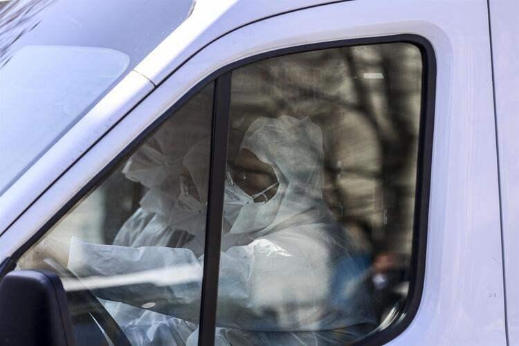 <p>Ankara'ya indirilen yolcular, karantina altına alınmak üzere Zekai Tahir Burak Hastanesine getirildi. Ambulansla hastaneye sevk edilen o anlar kameralara yansıdı.</p>