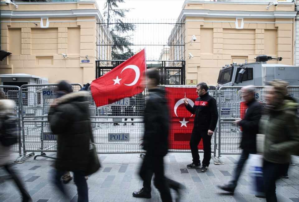 <p>İstiklal Caddesi'ndeki Rusya'nın İstanbul Başkonsolosluğu'na gelen üç vatandaş, Rusya'nın Esed rejimine verdiği desteği kınadı.</p>  <p></p>