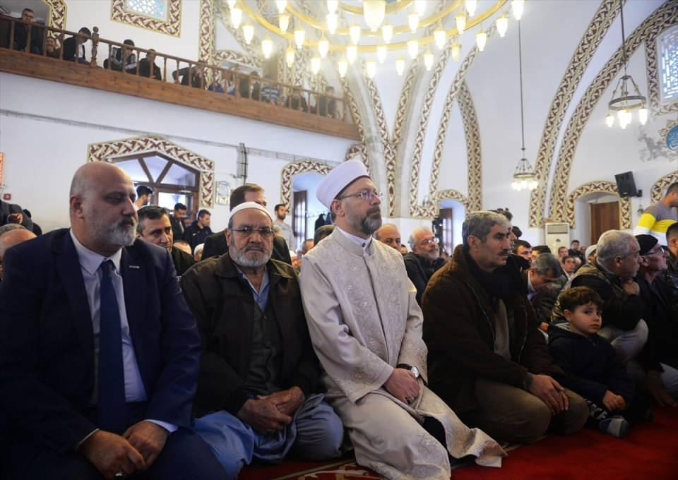"""<p>Diyanet İşleri Başkanı Ali Erbaş (sol 3), Hatay'daki Habib-i Neccar Camisi'nde """"Hak uğrunda mücadelemiz, birlik ve beraberlik ruhumuz"""" konulu hutbe irat etti, cuma namazı kıldırdı.</p>  <p></p>"""