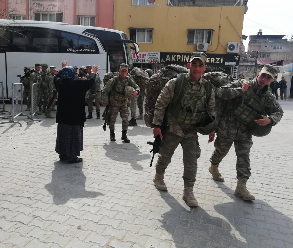 <p>Zırhlı araçlara binen komandolar, daha sonra Hatay'ın Kırıkhan ilçesinden geçerek sınır birliklerine gitti.</p>  <p></p>