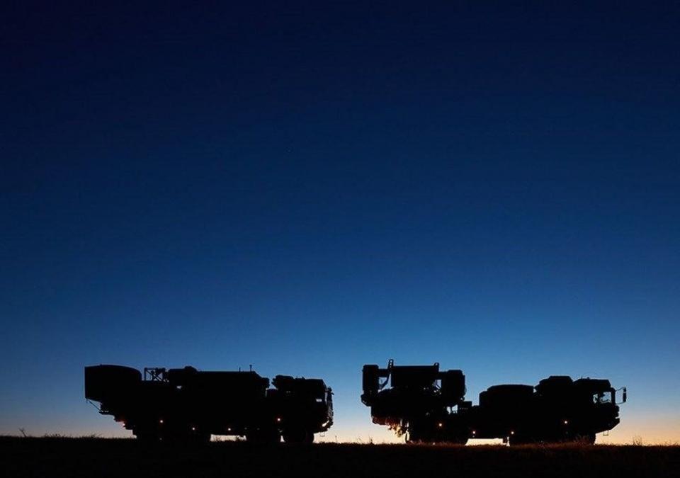 <p><strong>KORAL ELEKTRONİK HARP SİSTEMİ NEDİR?</strong><br /> <br /> Koral, askeri araçlara entegre edilen ve geniş frekans bandında görev yapabilen bir radar sistemi. Milli ve yerli sistem olan Koral, radarları kör etmek, iletişimi kesmek ve diğer bilgisayarlı sistemleri işlevinden uzaklaştırmak için geliştirildi. Koral, bir elektronik destek aracı ve 4 elektronik taarruz aracından oluşuyor.</p>