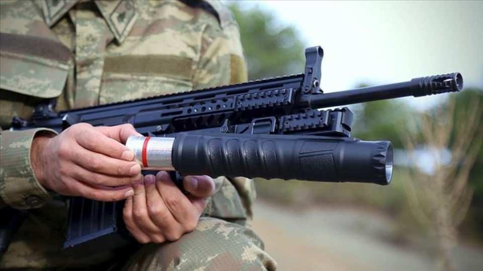 """<p><strong>AK40-GL BOMBA</strong><strong>ATARI</strong><br /> <br /> Güvenlik güçlerinin bomba atar ihtiyacının karşılanması için Savunma Sanayii Başkanlığı (SSB) tarafından düzenlenen ihaleye katılan Konya'daki Akdaş Silah firması, üretimini tamamladığı """"AK40-GL"""" bomba atarın ilk partisini Kara Kuvvetleri Komutanlığına teslim etti.</p>  <p></p>  <p></p>  <p>Savunma Sanayii Başkanlığının açtığı """"bomba atar"""" ihalesine katılan firma, ihtiyacın 8 bin adedini üretmek için anlaşma yaptı.</p>"""