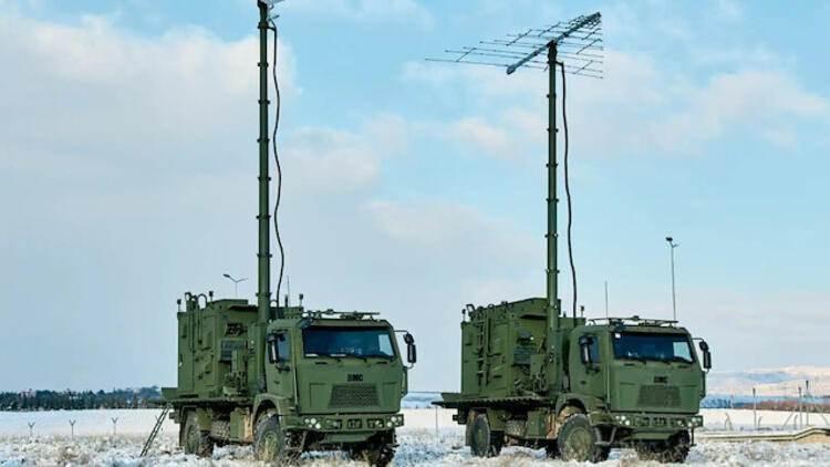 <p><strong>MİLKAR/Milli Karıştırıcı-3A3</strong></p>  <p>Kara Kuvvetleri Komutanlığı ihtiyacının karşılanması amacıyla geliştirilen projede; farklı platformlarda V/UHF frekans bandında haberleşme yapan hedef muhabere sistemlerine elektronik taarruz uygulanması amaçlanıyor.</p>  <p>Hedef V/UHF bandı haberleşmesinin engellenmesi, geciktirilmesi veya yanlış bilgi iletimine sebep olunarak dost birliklere taktik sahada avantaj sağlanması için kullanılan ve icra edilen operasyonel görevler açısından kritik öneme sahip MİLKAR-3A3 sistemlerine teröristle mücadele ve Suriye harekat bölgelerindeki faaliyetler kapsamında ihtiyaç duyuluyor.</p>  <p>Suriye harekat alanında yaşanan gelişmeler ışığında, elektronik harp desteğinin geniş coğrafyada, kesintisiz şekilde sağlanabilmesini teminen MİLKAR-3A3 sistemi tedarikine devam ediliyor.</p>  <p></p>
