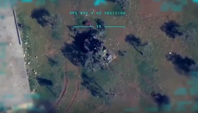 <p>Türk Silahlı Kuvvetleri, silahlı insansız hava araçlarını İdlib'de yoğun olarak kullanıyor. Çok sayıda hedef bu şekilde imha edildi. Hatta 3 hava savunma sistemi de vuruldu.</p>  <p>Peki SİHA'lar, görülmeden bu hedeflere nasıl yaklaşabildi? SİHA'ların bu operasyondaki en büyük yardımcıları elektronik karıştırma yapabilen KORAL sistemi</p>