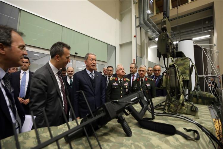 <p>Belirtilen faaliyetlerin dışında Türk Silahlı Kuvvetlerinin Libya'da da askeri eğitim iş birliği ve danışmanlık görevleri yürüttüğünü hatırlatan Bakan Akar, Birleşmiş Milletler Güvenlik Konseyi'nin (BMGK) tanıdığı meşru hükümete başkaldıran, oradaki birliği ve bütünlüğü bozan gruba karşı eğitim iş birliği konusunda meşru hükümete danışmanlık yaptıklarını bildirdi.</p>  <p></p>