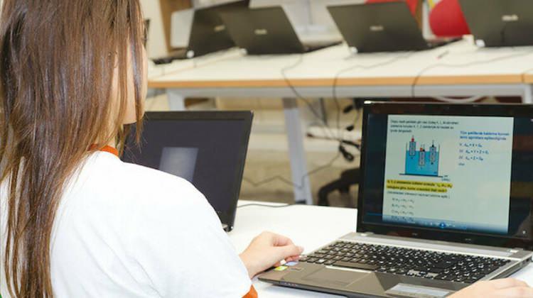 <p><strong>2) Öğretmenler okula gelip mi online dersleri anlatacak?</strong></p>  <p><br /> Öğretmenler iki hafta boyunca okula gelmeyecek, tatil yapacak. Uzaktan eğitim daha önce hazırlanan videolarla EBA ve televizyonlarda yer alacak.</p>