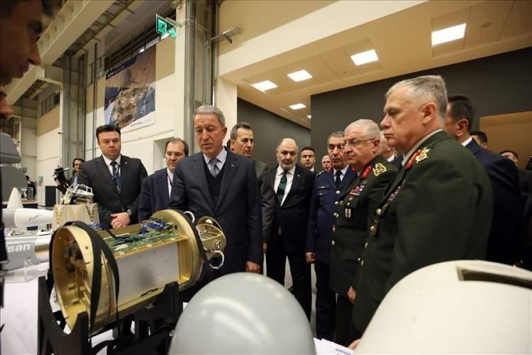 """<p><strong>Orduda korona virüs tedbirleri</strong><br /> <br /> Yeni nesil korona virüs (Kovid-19) salgını tedbirleri konusunda değerlendirmelerde bulunan Bakan Akar, Türk Silahlı Kuvvetleri olarak ciddi tedbirler aldıklarını kaydederek, """"Karargah ve birliklerimizde çeşitli korunma tedbirlerini hayata geçirdik. Yurt dışı temasları ile heyetlerimizin yurt dışına gidişlerine kısıtlama getirdik. Toplantı ve toplu faaliyetlerde de kısıtlamaya gittik. Okullar ve eğitim merkezlerindeki öğrenci ve kursiyerlerle birlikte askerlerimiz de belli bir süre hafta sonu izne çıkmayacak. Ayrıca TSK'da el sıkışmayı da bir süreliğine durdurduk"""" ifadelerini kullandı.<br /> Türkiye'nin ve asil Türk milletinin egemenlik ve bağımsızlığı için canlarını feda eden tüm şehitlere rahmet, gazilere şifa dileyen Bakan Akar, """"Karada, denizde ve havada yurt içinde ve sınır ötesinde zorlu hava ve arazi şartlarında görevlerini büyük bir kahramanlık ve fedakarlıkla yürüten kahraman silah ve mesai arkadaşlarıma da sağlık, esenlik içinde kazasız, belasız, hayırlı, başarılı görevler dilerim"""" ifadelerini kullandı.</p>"""