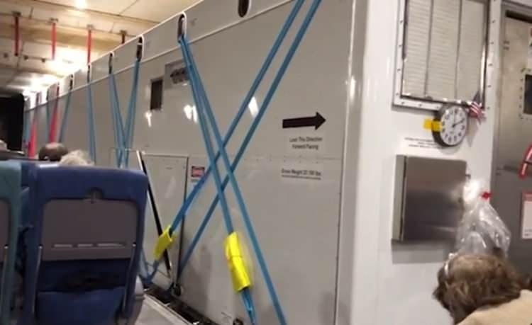 """<p>Daily Mail'de yer alan görüntülerde, virüs salgınına yakalananların """"metal bir kutuda"""" diğer yolculardan izole edilmiş vaziyette durduğu görülüyor.</p>"""