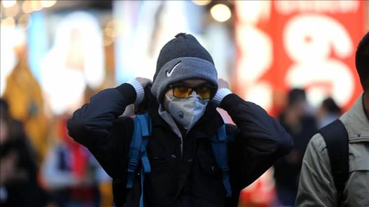 <p><strong>Kimler hangi maskeyi kullanmalı?</strong></p>  <p><br /> Bugün için ülkemizde sağlıklı kişilerin maske kullanmasına gerek yoktur. Herhangi bir viral solunum yolu enfeksiyonu geçirmekte olan kişinin öksürme veya hapşırma sırasında burun ve ağzını tek kullanımlık kağıt mendil ile örtmesi, kağıt mendilin bulunmadığı durumlarda ise dirsek içini kullanması, mümkünse kalabalık yerlere girmemesi, eğer girmek zorunda kalınıyorsa ağız ve burnunu kapatması, mümkünse basit tıbbi maske kullanması önerilmektedir. Filtreli maskeler, hastalara bakım veren sağlık çalışanları için önerilmektedir.</p>  <p></p>