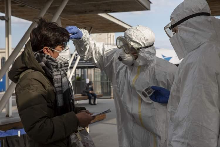 """<p>Şuanda ülkemizde vaka görüldüğü için dışarıda ne kadar virüs var, kaç kişi enfekte bilmiyoruz. Erken müdahale ve erken tıbbi destek vermek gerekiyor. Gribe çok benziyor bu nedenle kişisel bir tanı mümkün değil. Ateş, öksürük ve solunum sıkıntısı koronavirüsün belirtileridir. İstanbul açısından bakarsak olaya kalabalık bir ilimiz. Virüsün sirküle olma olasılığı yüksek. Bir riskten bahsediyoruz. Tabi bu riskin gerçekleşip gerçekleşmeyeceğini bilmiyoruz"""" dedi.</p>"""