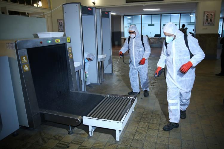 """<p>Adana Büyükşehir Belediyesi Çevre Koruma ve Kontrol Daire Başkanlığına bağlı """"koronavirüs timleri"""" de sabah ve akşam vardiyalı şekilde sürdürdükleri dezenfeksiyon öncesi hummalı şekilde hazırlık yapıyor.</p>  <p></p>"""