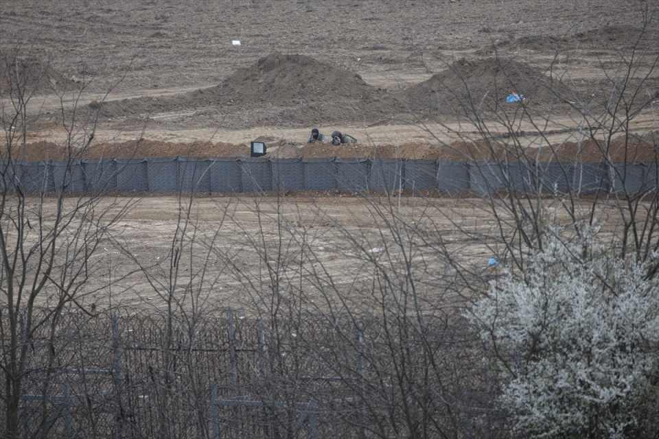<p>İhlas Haber Ajansı 'İHA' ekibi, sınırın öteki yakasına geçerek, Kastanies bölgesinde Yunanlı güvenlik güçlerinin hazırlıklarını yerinde görüntüledi.</p>
