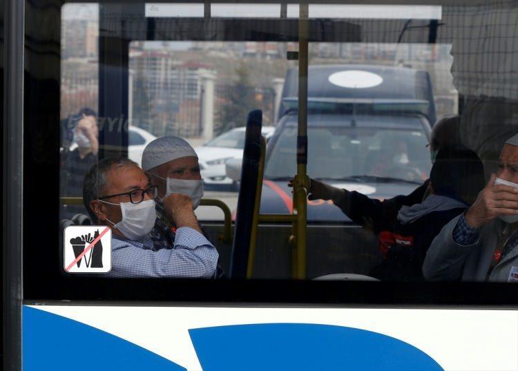 <p>Medine'den Ankara'ya ve Konya'ya gelen Umre yolcuları, sağlık taramasından geçirilerek karantinaya alınmak üzere öğrenci yurtlarına götürüldü. Gençlik ve Spor Bakanlığı'ndan yapılan açıklamada Umre'den gelenlerin Konya ve Ankara'daki yurtlarda karantinaya alındığı bildirildi. Ankara'da 3, Konya'da 2 öğrenci yurdunun karantina için hazırlandığı öğrenildi. Karantinaya alan kişi sayısının ise 10 bin 330 olduğu açıklandı.</p>  <p>Bakan Kasapoğlu, umreden dönen yaklaşık 10 bin vatandaşın Ankara ve Konya'daki yurtlarda karantina amacıyla misafir edildiğini açıkladı.</p>