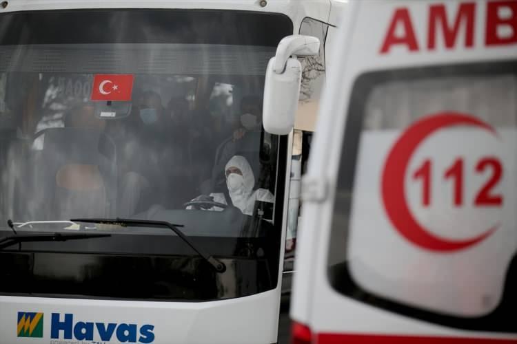 """<p><strong>SAĞLIK BAKANI KOCA'DAN AÇIKLAMA</strong></p>  <p>Sağlık Bakanı Fahrettin Koca sosyal medya hesabı üzerinden yaptığı açıklamada,<strong>""""Umreden dün geceden itibaren dönen tüm yolcular, Ankara ve Konya'daki öğrenci yurtlarında karantina mantığıyla ayrı odalara yerleştirilmektedir.""""</strong>dedi.</p>"""