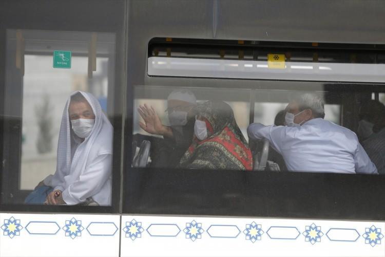 <p><strong>4 UÇAK DAHA ANKARA'YA İNDİ</strong><br /> <br /> Medine'den Ankara'ya umre yolcularını taşıyan 4 uçak daha Esenboğa Havalimanı'na indi. Yolcular sağlık taramasından geçirilerek, karantinaya alınmak üzere üç farklı öğrenci yurduna götürülecek.</p>