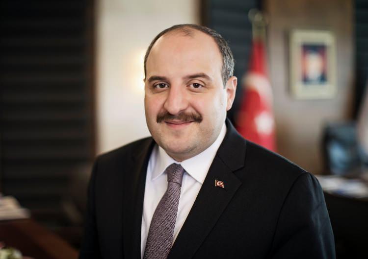 """<p><strong>""""MEDİKALDE KARABORSAYA ASLA İZİN VERMEYECEĞİZ""""</strong></p>  <p>Sanayi ve Teknoloji Bakanı Mustafa Varank """"Medikal ve koruyucu malzemelerle ilgili olarak üreticilerimizle koordine hâlindeyiz. Türkiye'deki ihtiyacın kat kat üstünde kurulu kapasitemiz var. Bunun için üretimin önemli bir kısmı zaten ihraç ediliyor. Vatandaşlarımızın gönlü müsterih olsun. Karaborsa oluşmasına asla müsaade etmeyeceğiz"""" dedi.</p>"""