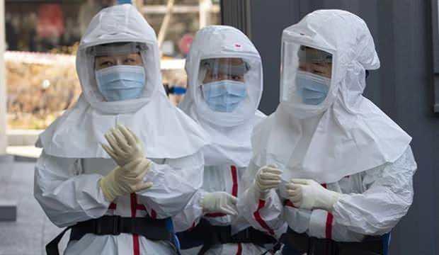 """<p><strong>ÜRETİMİ İZNE BAĞLI</strong></p>  <p>Sektör temsilcileri, dezenfektanların özel izinlerle üretilen bir kimyasal olduğunu vurgulayarak """"Şimdi herkes kafasına göre dezenfektan jel üretmeye başladı. Bu jelleri belgesi olmayanlar üretemez, yüzde 70'i tıbbi alkol bunun... Kolonya gibi yani... Üretim izni şart. Tıbbi alkol alma yetkisi bulunmayanlar, bu işe giremez. Bütün süreçler takibe bağlıdır. Ancak gözünü kâr hırsı bürümüş, sektörün dışından fırsatçılar, alkolü bulamadığı için merdiven altı üretimde metil alkol kullanıyor. Emniyet, nasıl ölümlere sebep olan kaçak içki için operasyon yapıyorsa, bunu da takibe almalı. Çünkü metil alkol insan sağlığına zararlı. Bu tarz dezenfektanı kullananlar kör olabilir"""" uyarısında bulundu.</p>"""