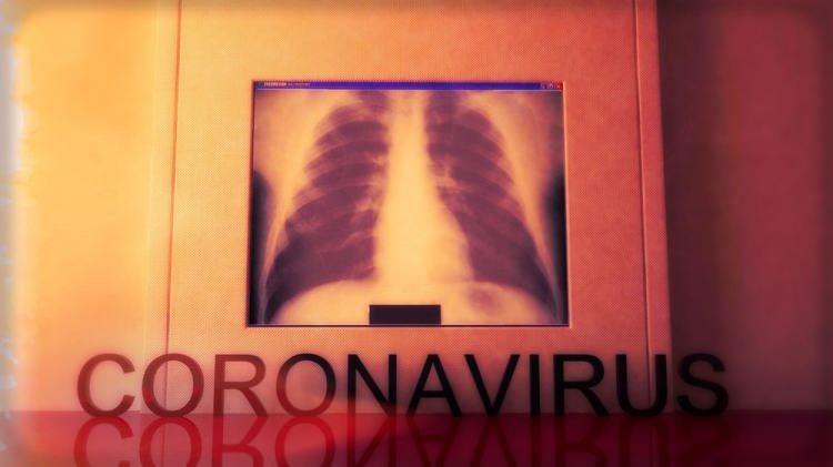 <p>Beşinci gün: Enfekte olan kişinin kronik hastalığı varsa ya da yaşlıysa nerfes darlığı olarak da bilinen dyspnea ortaya çıkabilir. Bu durumda nefes almak gittikçe zorlaşır. Hastalık Kontrol ve Önleme Merkezleri, maruziyetten iki ile 14 gün sonra ortaya çıkan semptomların ateş, öksürük ve nefes darlığı olduğunu söylüyor.</p>