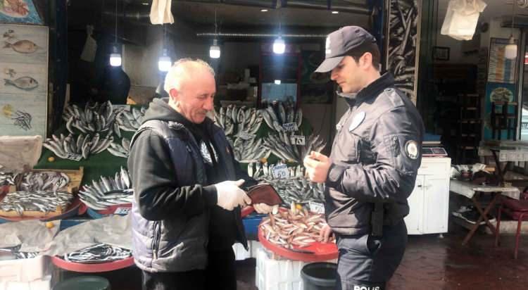 """<p>Koronavirüs nedeniyle 65 yaş ve üstü ile kronik rahatsızlığı olanlara Sokağa Çıkma Yasağı'nın uygulanmasının ardından İstanbul Kasımpaşa'da yasağa uymayan yaşlıları polis ekipleri uyardı. Polisin """"65 yaş üstü vatandaşlarımız evlerinize gidin"""" anonsunun ardından bazı yaşlılar evlerine giderken, işportacı bir yaşlı ise polisle tartıştı. Ekipler, yaşlı vatandaşa bir iş yerinde yemek veren esnafa da paket servis yapmalarını söyledi.</p>"""