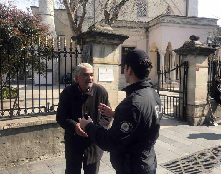 """<p>Ancak Beyoğlu Kasımpaşa'da 65 yaş üstü yaşlılar bu yasağa uymadı. İhbar üzerine Beyoğlu İlçe Emniyet Müdürlüğü Devriye Ekipler Amirliği ve Kasımpaşa Polis Merkezi Amirliği görevlileri, yasağa uymayanları uyarmak için semte geldi. Cami avlusunda ve sokaklarda oturan yaşlıların yanına giden polis, onları evlerine gitmeleri için tek tek uyardı. Polisin """"65 yaş üstü vatandaşlarımız evlerinize gidin"""" anonsunun ardından bazı yaşlılar evlerine gitti.</p>"""