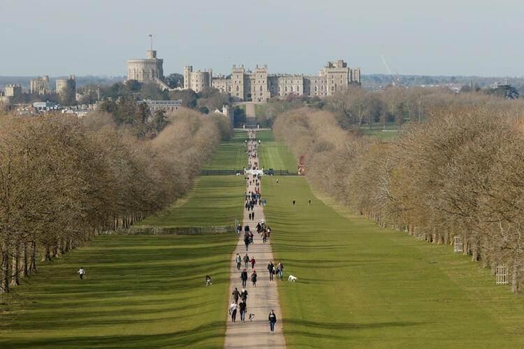 <p>İngiltere'deki ünlü Windsor kalesinin önündeki 'Uzun Yürüyüş' yolunda, birçok insanın salgına rağmen gezdiği görülüyor.</p>