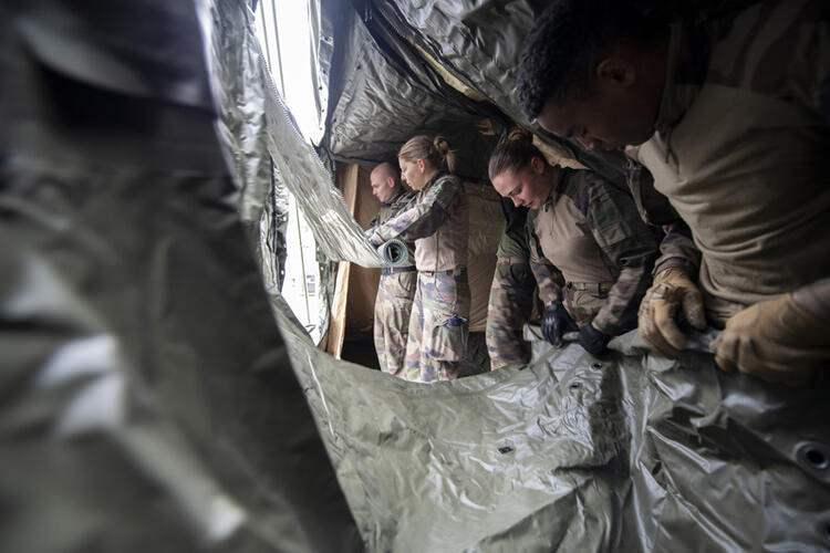 <p>Fransız ordusu, bir askeri hastane inşa etmeye başladı. Askerler, ülkenin doğusundaki Mulhouse'daki çadır hastanenin inşaatında çalışıyor. Hastane 30 yataklı olacak.</p>  <p></p>