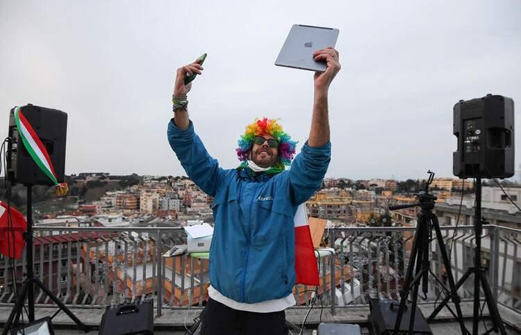 <p>İtalyan DJ Francesco Cellini, başkent Roma'daki karantina günlerinde komşularına terasından müzik yayını yapıyor.</p>