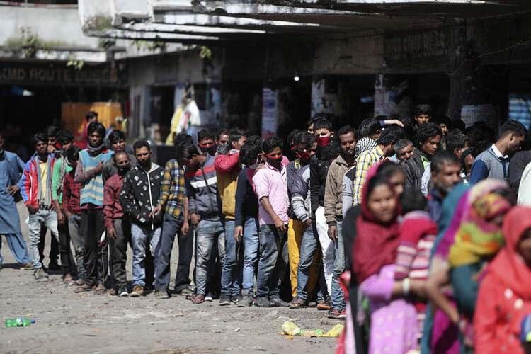 <p>Normalde günde 25 milyon kişi taşıyan Hindistan Demiryolu Taşımacılığı ay sonuna kadar seferlerine son verdiğini duyurdu. Ancak uluslararası haber ajansları, otobüs beklerken sıraya girmiş insanları gösteren fotoğraflar servis ediyor.</p>  <p></p>