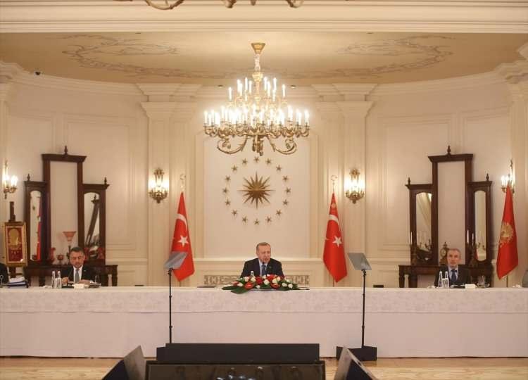 <p>Yeni tip koronavirüsle (Kovid-19) mücadele kapsamında düzenlenen Koronavirüsle Mücadele Eşgüdüm Toplantısı, Türkiye Cumhurbaşkanı Recep Tayyip Erdoğan'ın başkanlığında başladı. Toplantının yapıldığı salonda 18 Mart Şehitleri Anma Günü ve Çanakkale Deniz Zaferi'nin 105. Yılı nedeniyle, Çanakkale Savaşı'nda tüm fertleri şehit olan 57. Alay'ın sancağı da yer aldı.</p>
