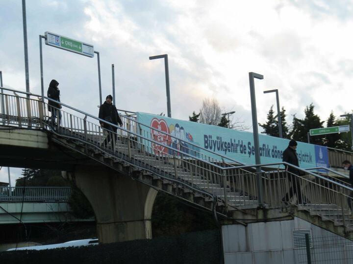 <p>İstanbul'da vatandaşların koronavirüs salgını nedeniyle evden çıkmaması sonucunda toplu taşıma araçları ve sokaklar da boş kaldı. Normalde sabah ve akşam saatlerinde oldukça yoğun olan Altunizade ve Cevizlibağ metrobüs duraklarında, yoğunluk yaşanmadı. Metrobüsü kullanan vatandaşların eldiven ile maske takarak önlem aldığı ve dezenfekte kullandıkları görüldü.</p>  <p></p>