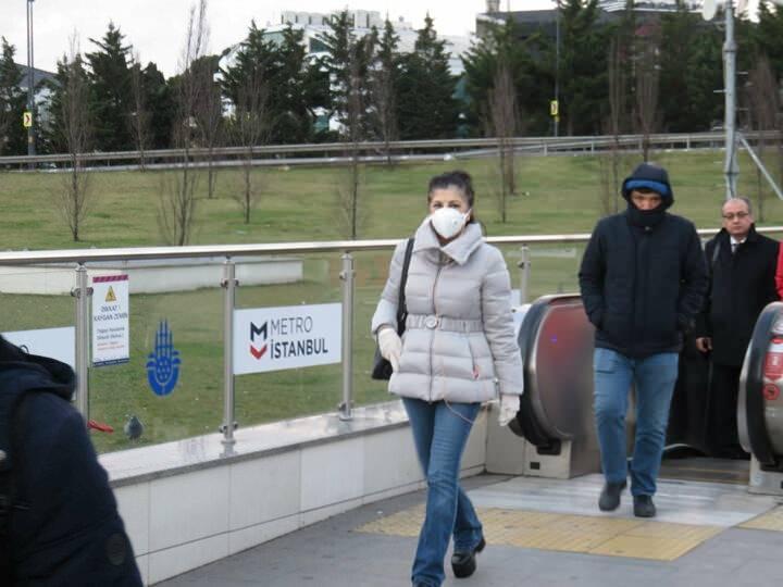 <p>Sabah saatlerinde genellikle yoğunluğun yaşandığı Altunizade Metrobüs Durağı'nda, bugün yoğunluk yaşanmadı. Vatandaşların koronavirüse karşı önlem aldıkları görüldü. Maske ve eldiven takan yolcular, metrobüse binmeden ellerini dezenfekte etti.</p>