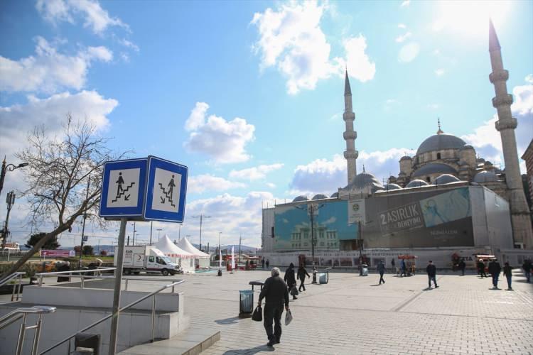 <p>Sultanahmet Camisi ve Ayasofya'yı içerisinde barındırantarihimeydan, hem bazı ülkelerle uçuşların durdurulması hem de alınan tedbirler kapsamında sakinliğini korudu.<br /> </p>