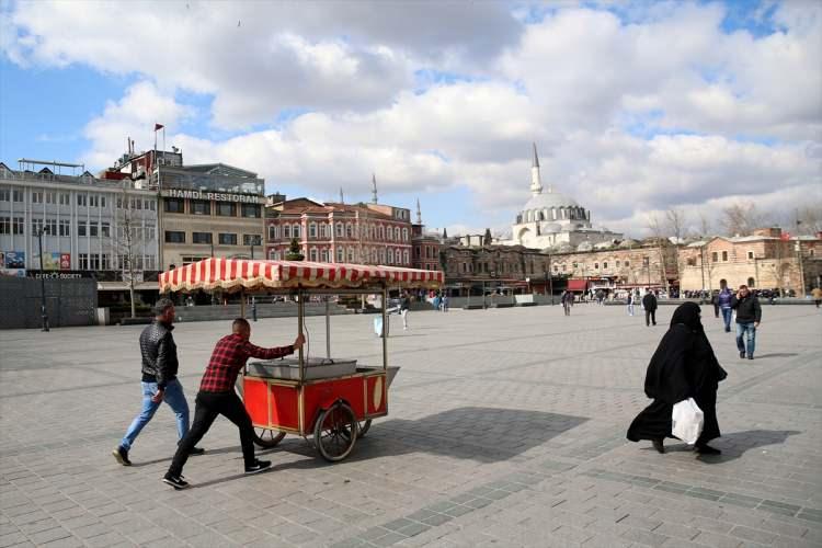 <p>Çok az sayıda turist, maske ve eldiven takarak gezilerini sürdürürken, meydana çıkan sokak ve caddelerde de trafik yoğunluğunun oldukça az olduğu görüldü.</p>