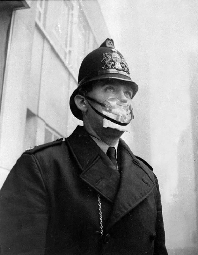 <p>Kendini kükürtlü smogdan korumak amacıyla yüz maskesi takan İngiliz polis, 1962</p>  <p></p>