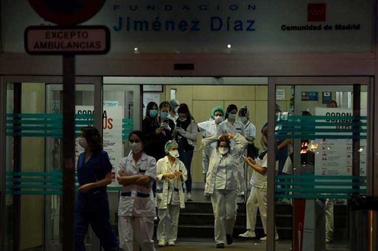 """<p>Hastalar koridorlarda, hatta yerlerde yatıyor. Öte yandan, ülkede Sağlık Bakanlığı'nın aldığı """"Çin malı yeni tip corona virüs (Covid-19) hızlı tanı kitlerinin"""" lisanssız çıktığı açıklandı.</p>"""